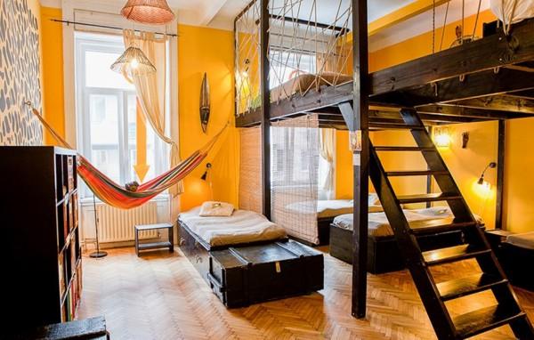 Auberge de jeunesse : le lit surélevé et ses avantages
