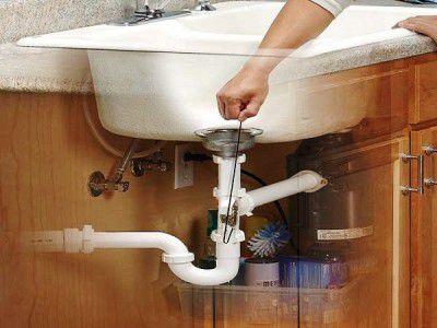 Déboucher les toilettes avec un cintre est-il possible?