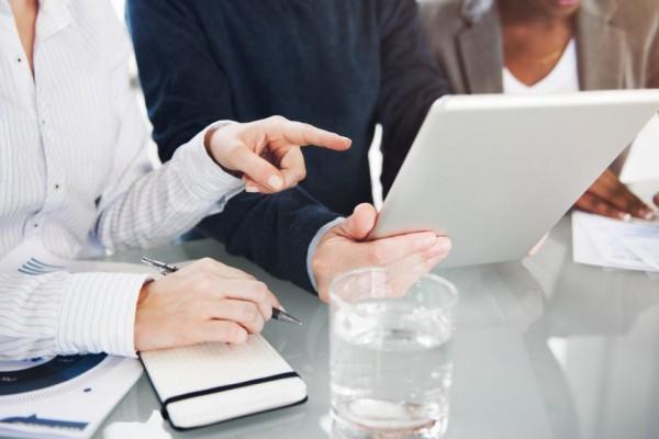 personnes en train de choisir une domiciliation d'entreprise en ligne