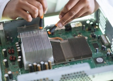 Un technicien de maintenance de matériel informatique