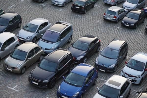 Pourquoi réserver un parking hors site de l'aéroport ?